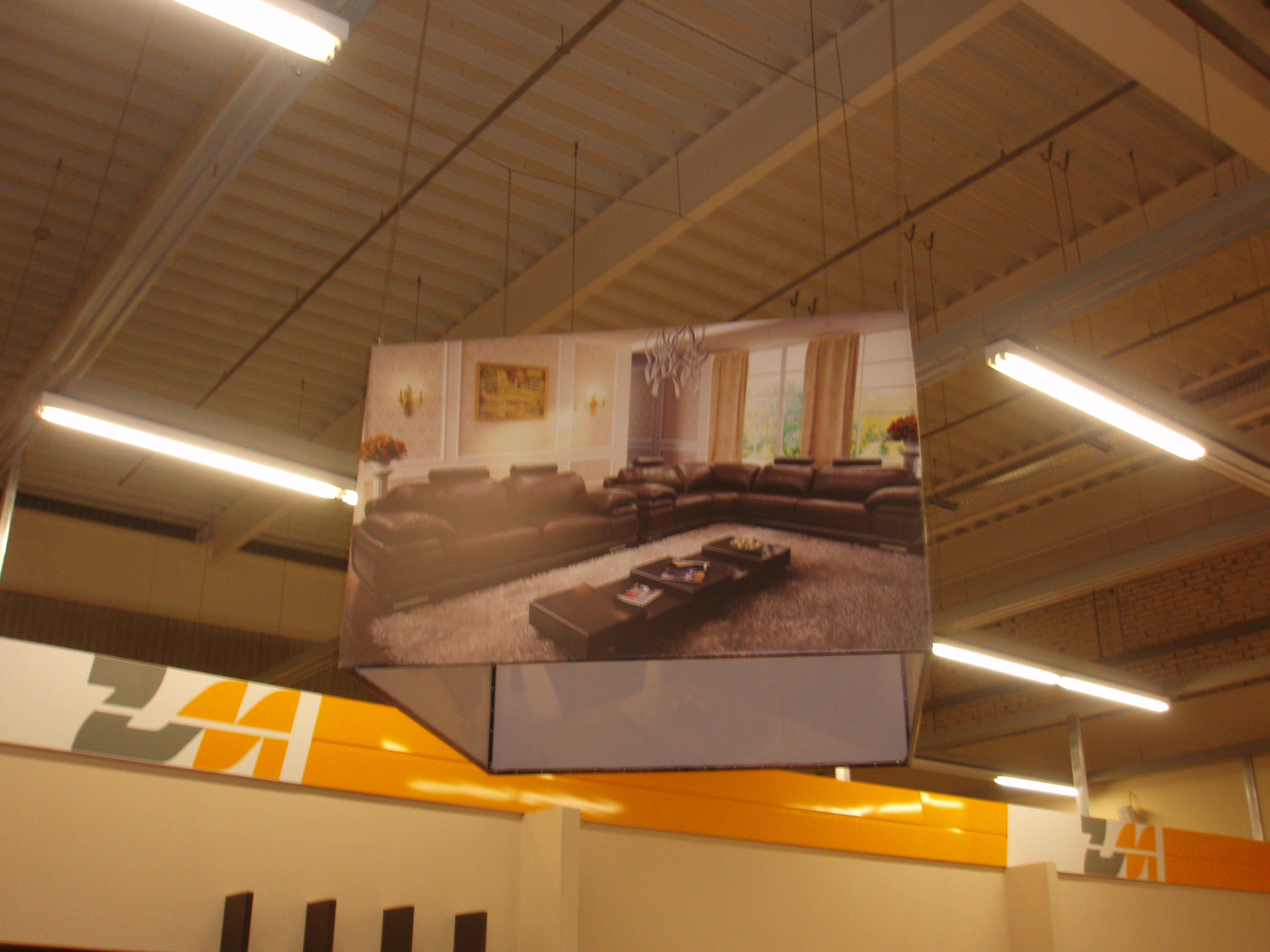 Банерный куб смонтированый в торговом центре